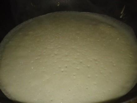 Обов'зковим атрибутом в млинців по цьому рецепту - дірочки.